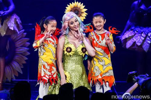 Кэти Перри не пустили в Китай для выступления на шоу Victoria's Secret из-за платья с подсолнухами