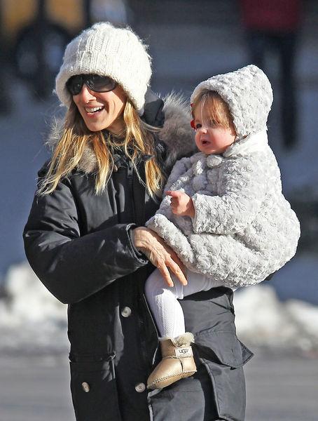 Сара Джессика Паркер с детьми по дороге в школу