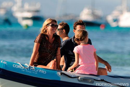 Кейт Мосс семьей в Испании