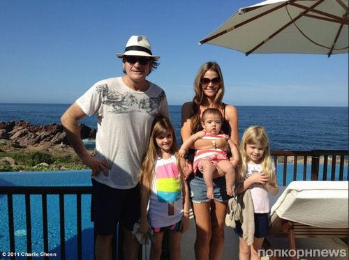 Чарли Шин с семьей на отдыхе