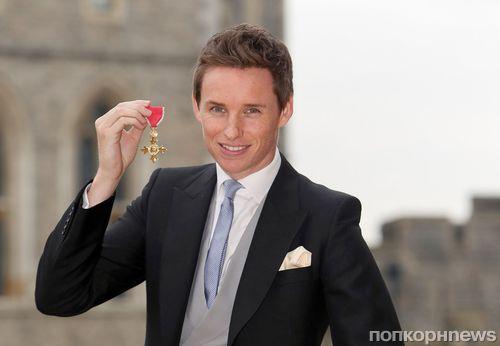 Эдди Редмэйн получил орден Британской империи из рук королевы Елизаветы II