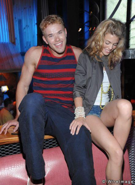 Келлан Латс и Анна-Линн МакКорд в ночном клубе