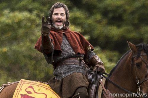 Первые фото: Крис Пайн в образе короля Шотландии на съемках нового фильма