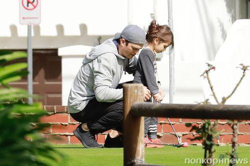 Фото: Эштон Катчер учит 3-летнюю дочку играть в гольф