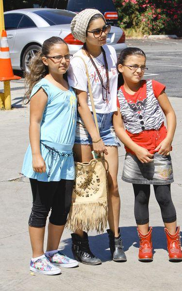 Ванесса Хадженс с фанатами в Лос-Анджелесе