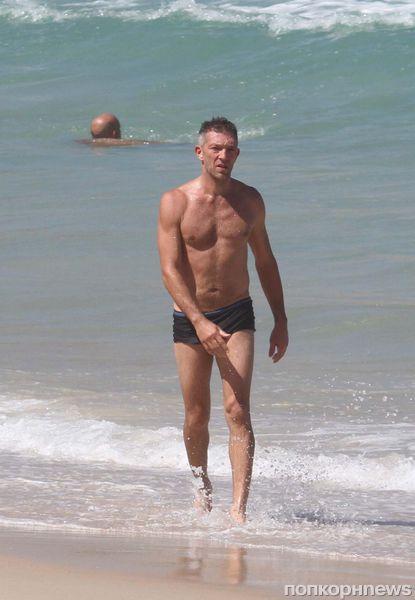 Венсан Кассель на пляже в Рио-де-Жанейро