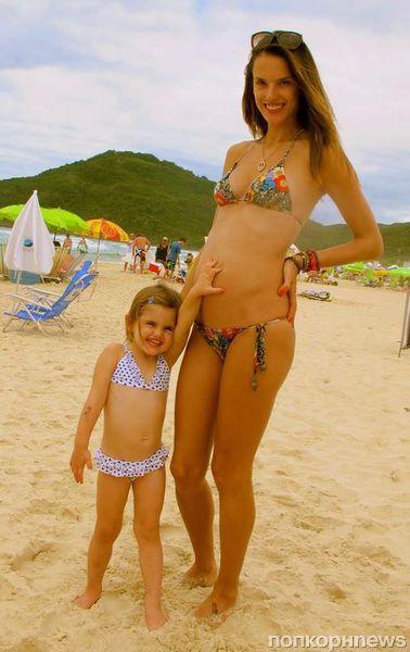 Алессандра Амбросио скрывала беременность, чтобы выйти на подиум