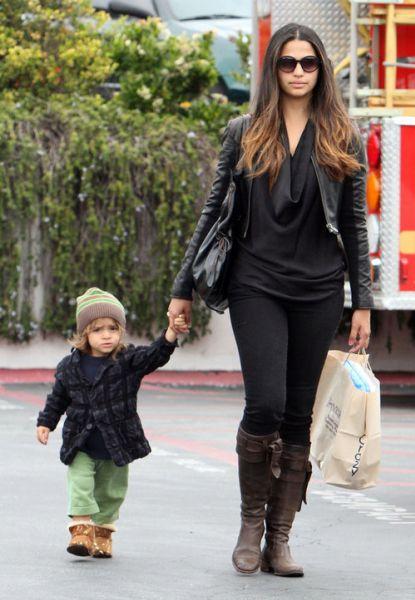 Камила Альвес с сыном Леви