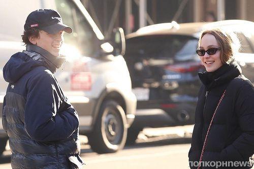 Тимоти Шаламе и Лили-Роуз Депп сфотографировали на прогулке в Нью-Йорке