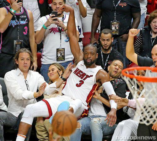 Лучшие мемы: как баскетболист Дуэйн Уэйд упал на Крисси Тайген и Джона Ледженда