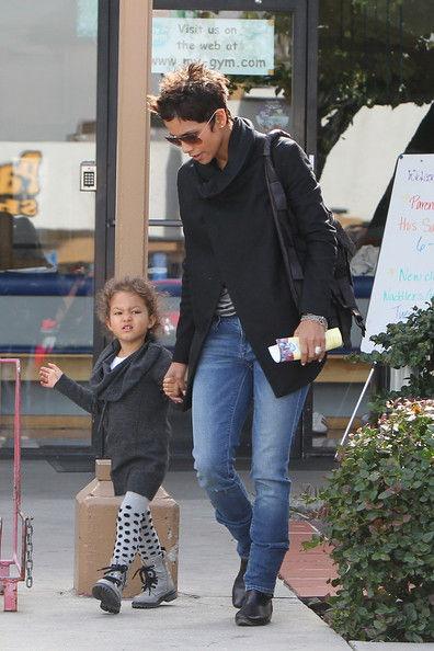 Халли Берри с дочерью в детском магазине