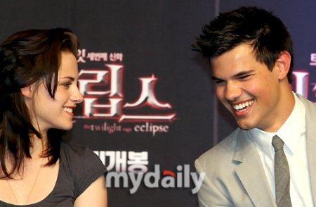 Кристен Стюарт и Тэйлор Лотнер на пресс-конференции в Корее