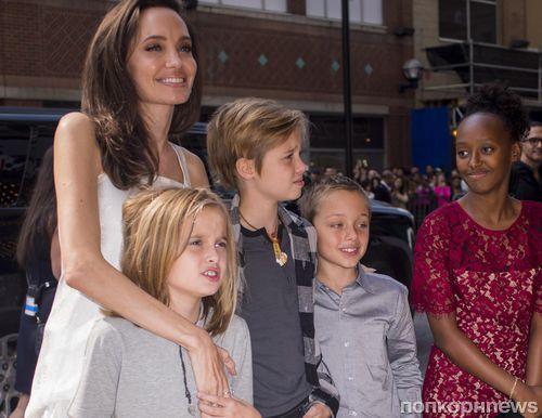 Анджелина Джоли вместе с детьми вышла на красную дорожку кинофестиваля в Торонто