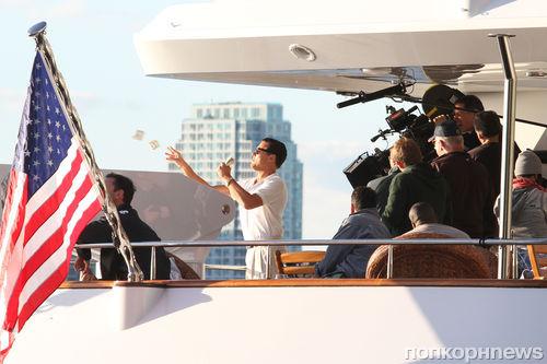Леонардо ДиКаприо бросает деньги на ветер