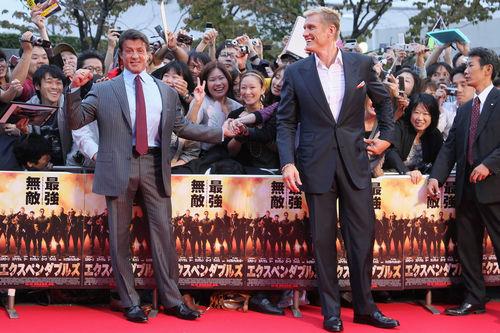 """Сильвестр Сталлоне и Дольф Лундгрен на премьере """"Неудержимых"""" в Японии"""