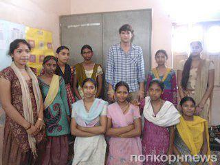 Эштон Кутчер с благотворительной миссией в Индии