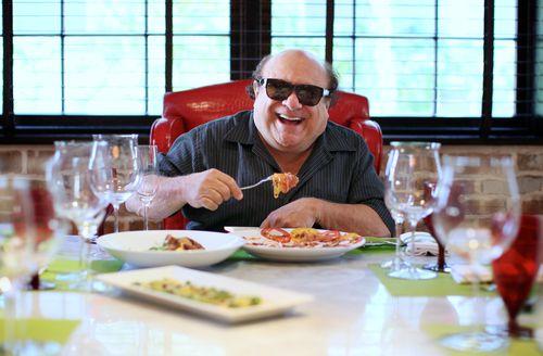 Дэни ДеВито в своем ресторане