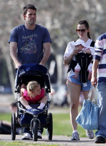 Бен Аффлек и Дженнифер Гарнер с детьми в парке