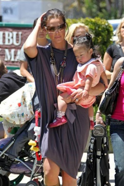 Кэтрин Хайгл: шоппинг с дочерью