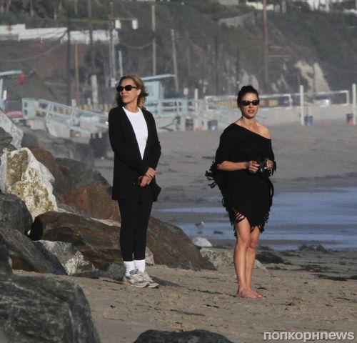 Кэтрин Зета-Джонс на пляже с семьей