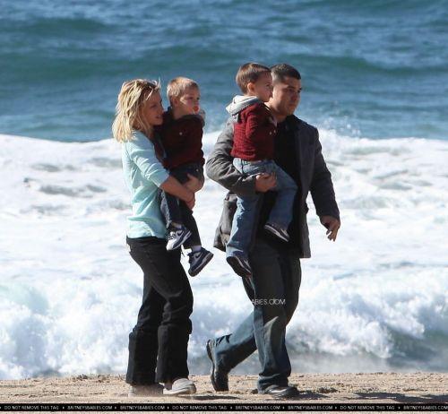 Бритни Спирс с сыновьями на пляже
