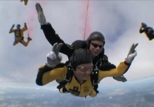 Винс Вон прыгнул с парашютом вместе с мамой