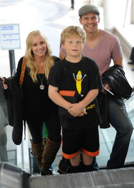 Дэвид Бореназ с семьей в аэропорту Лос-Анджелеса