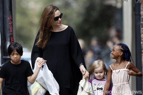 Анджелина Джоли считает, что быть матерью просто