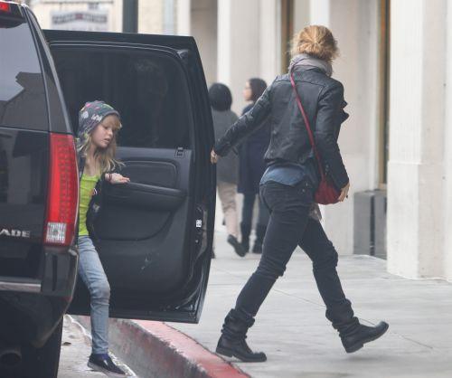 Ванесса Паради с дочкой Лили совершает покупки. 4 февраля