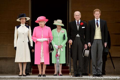 Принц Гарри и королева Елизавета II на параде конной гвардии