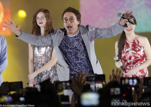 Фото: Роберт Дауни-младший и Бенедикт Камбербэтч на премьере «Мстителей: Война бесконечности» в Сингапуре