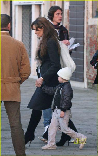 Анджелина Джоли с детьми в Венеции