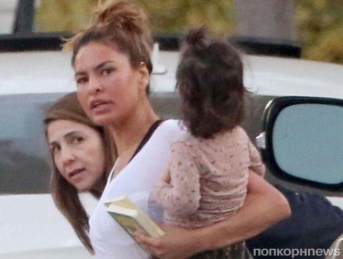 В спортивных штанах и без макияжа: Еву Мендес с дочками сфотографировали в Лос-Анджелесе