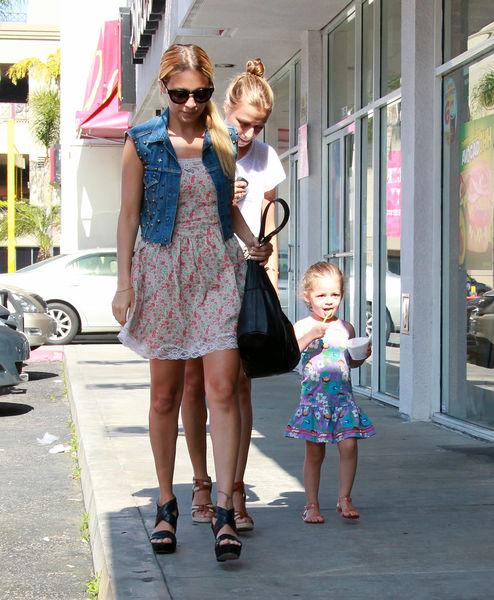 Николь Ричи с дочерью в Западном Голливуде