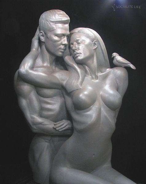 Скульптура обнаженных Анджелины Джоли и Брэда Питта