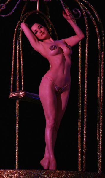 super-figura-tantsuet-striptiz-podglyadel-za-mamkoy-v-dushe-i-trahnul