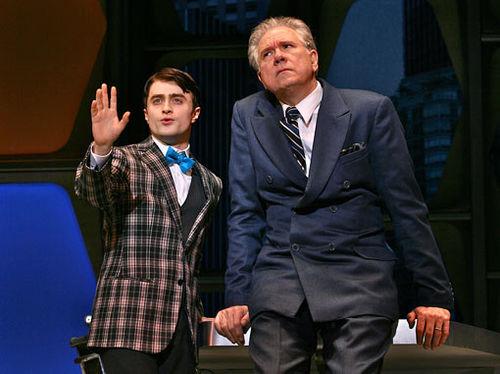 Видео: Дэниел Рэдклифф в постановке «Как преуспеть в бизнесе, не прилагая усилий» на Бродвее