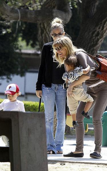 Николь Ричи и Эллен Помпео с детьми в парке Гриффит
