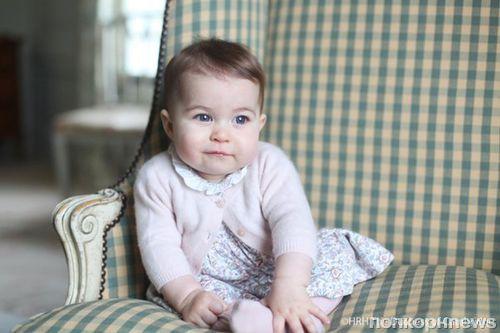 Королевская семья опубликовала новые фотографии принцессы Шарлотта