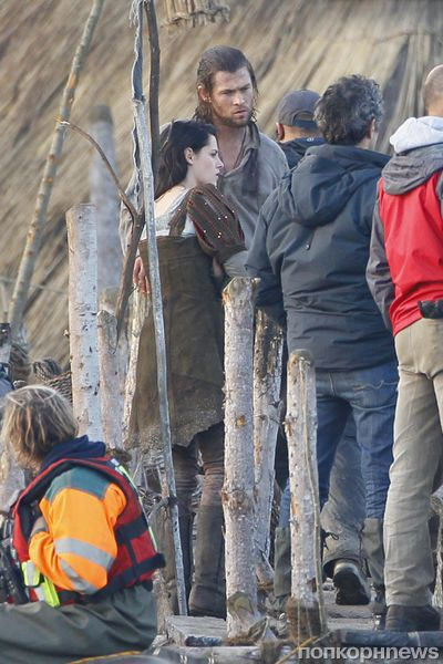 Кристен Стюарт и Крис Хемсворт на съемках «Белоснежка и охотник»