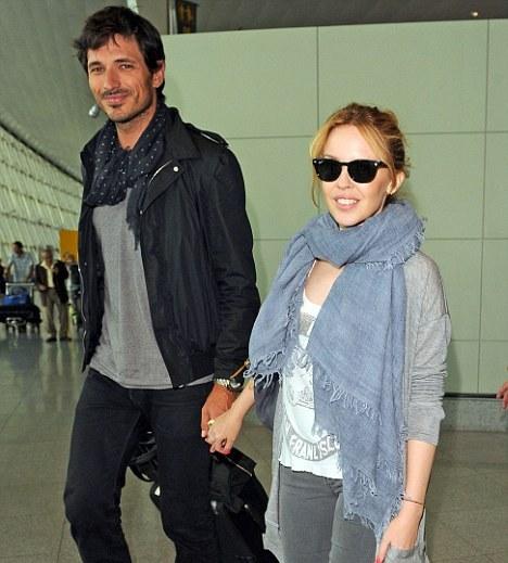 Кайли Миноуг с бойфрендом в аэропорту Нью-Йорка