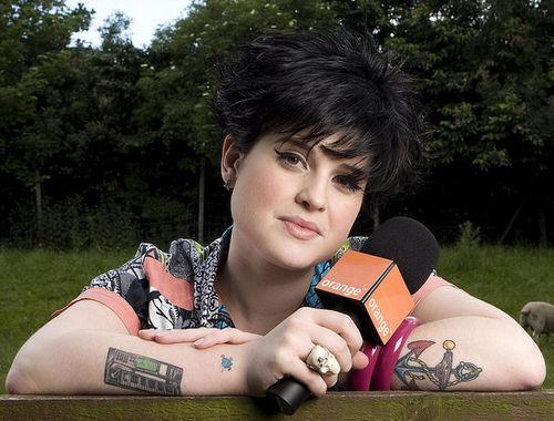 Келли Осборн сводит татуировки