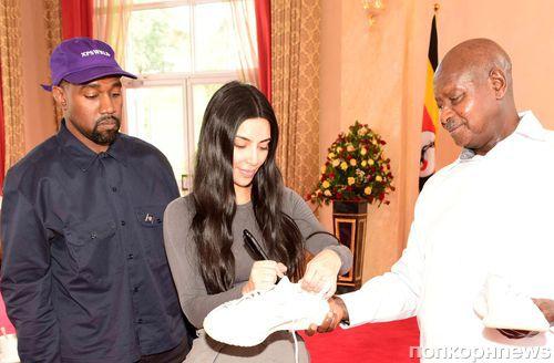 Канье Уэст и Ким Кардашьян встретились с президентом Уганды и подарили ему кроссовки