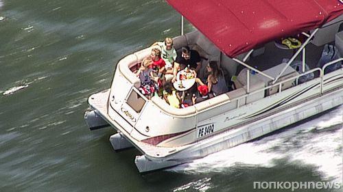 Анджелина Джоли и Брэд Питт провели время с детьми на реке в Австралии