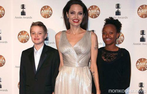 Анджелина Джоли привела дочерей на красную дорожку премии Annie Awards 2018