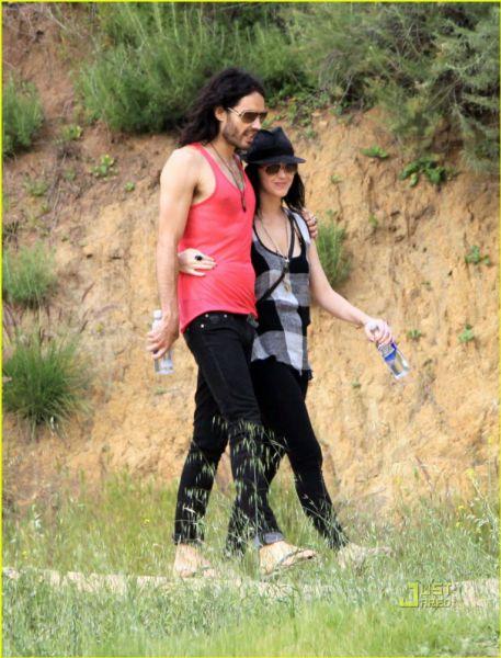 Кэти Перри и Рассел Брэнд гуляют в парке