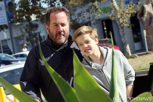 Пока Джоли и Питт разбираются в суде, их дочь Шайло гуляет с телохранителем