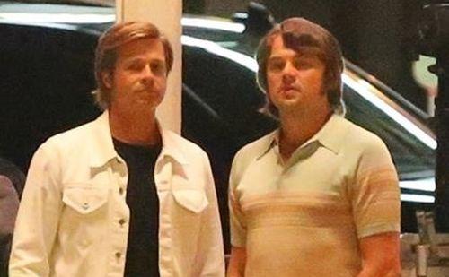 Клеши, неон и парики: Леонардо ДиКаприо и Брэд Питт на новых фото со съемок «Однажды в Голливуде»