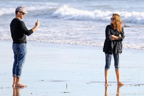 Джессика Альба на пляже с семьей