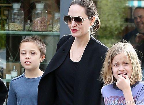 Анджелина Джоли покупает игрушки детям в обычном супермаркете